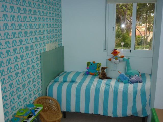 La habitación tiene una cama simple (con un colchón de 0,80x1,80m) y, como alternativa, podemos montar una cama doble (con un colchón de 1,40x1,90m). Si necesitas la cama doble, avísanos para poder gestionar el cambio a tiempo, muchas gracias.