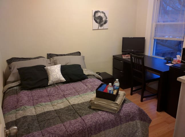 Cozy Private Suite w/ Kitchenette & Double Bed!
