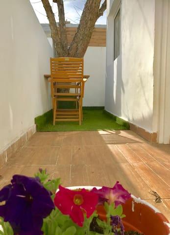 Y.S Sunny studio. Quiet. New. Private garden.
