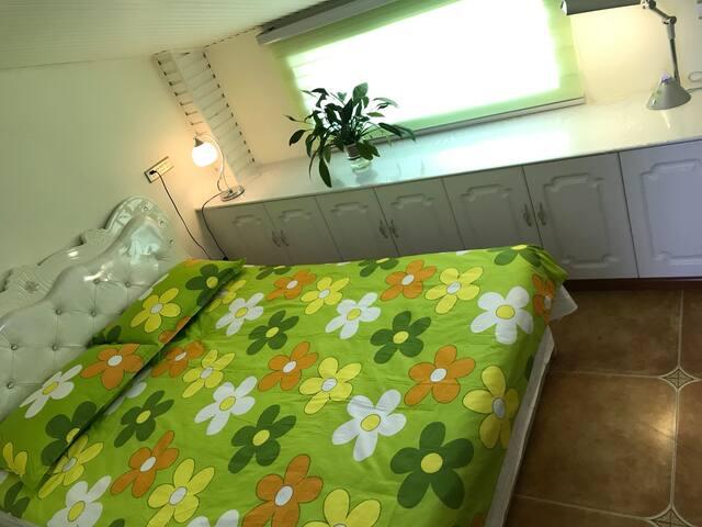 1.5X2米的大床房,从窗户可以看见讨赖河公园全貌。