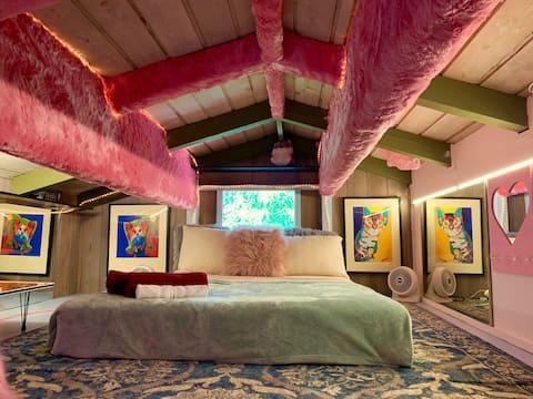 Waikiki Beach=5 min.! Private Pink Loft, 9 patios!