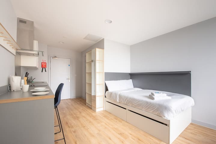 ♥♔☀ Spacious Studio in Central Cardiff ☀♔♥