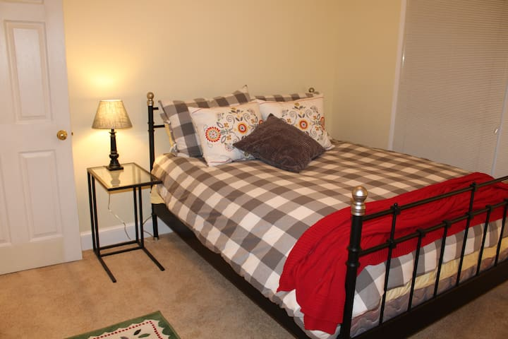 Cozy second floor bedroom - Mechanicsville - Hus