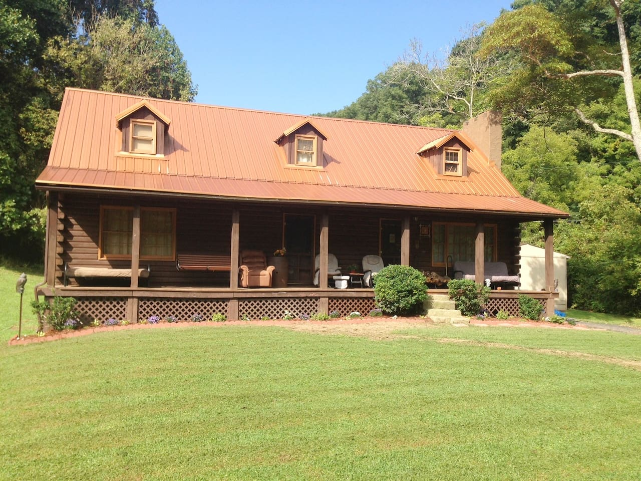 Log Cabin in the Field - Lower Level  Full Kitchnen - Dining /65 Inch Flat Screen/Dining Table/ Desk/ w. Computer/Deco Fireplace, Private Parking/15 Foot Leather/Flower Gardens/Deer/ Sectional  You are renting the lower half back side of the house