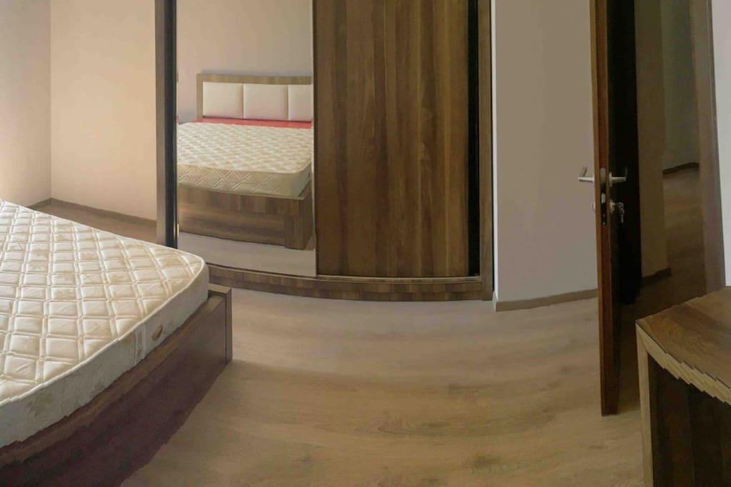 Спальня (болшои гордероб,две тумбы, комод с зерколом,большая кровать king size)