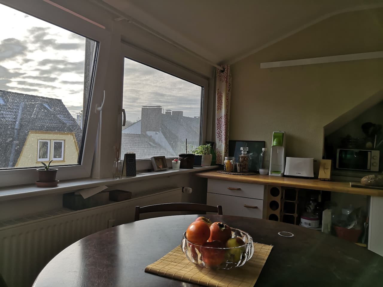 Morgensonne in der Wohnküche // Morning sun in the combined kitchen/living room.