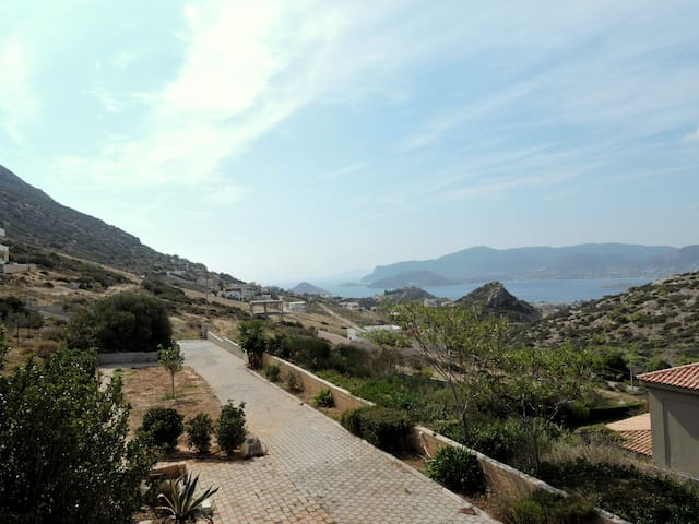 Cozy Ground floor apartment with garden and a View - Porto Rafti - Hus