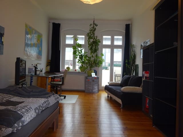 Well lit, large, quiet room in Charlottenburg