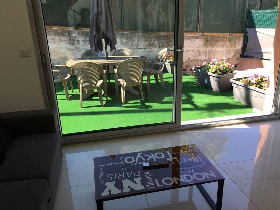 coin  salon avec accès sur terrasse