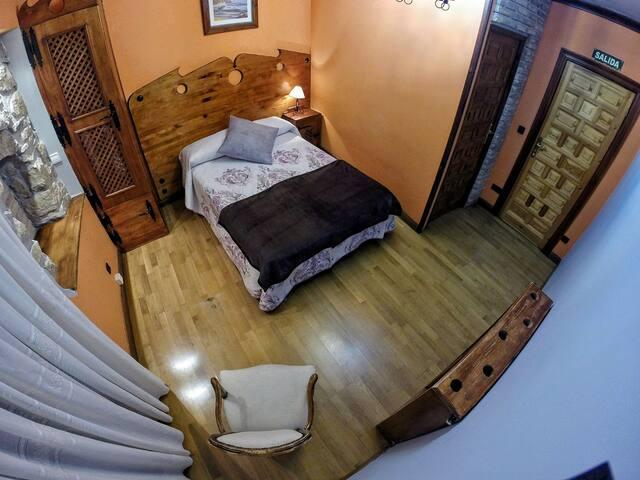Cómoda habitación con baño privado completo.