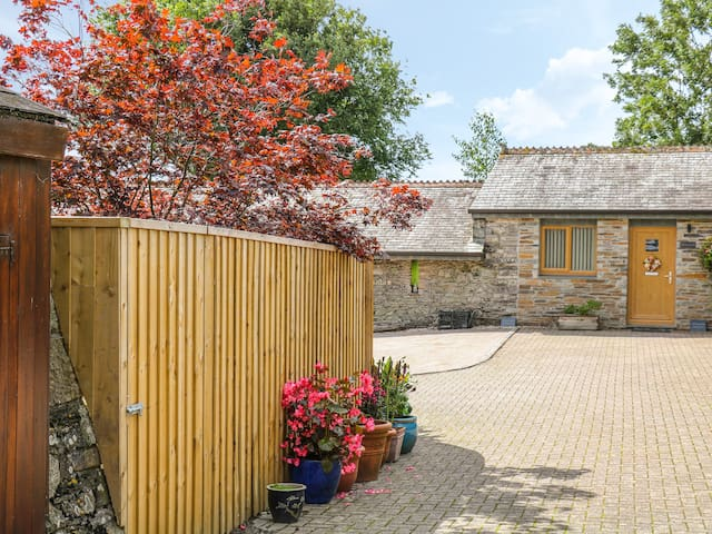 WHITSAND, pet friendly, with a garden in Tideford , Ref 998754
