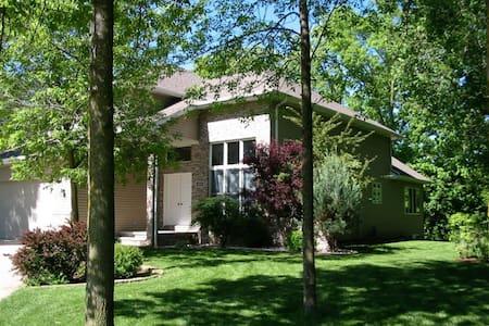 Beautiful Executive Style House - close to EAA - Oshkosh - Casa