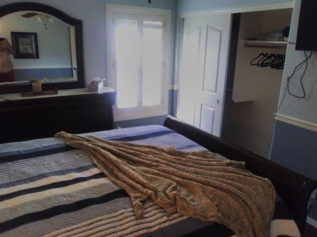 Cozy Bedroom - 5 minutes from surprise stadium