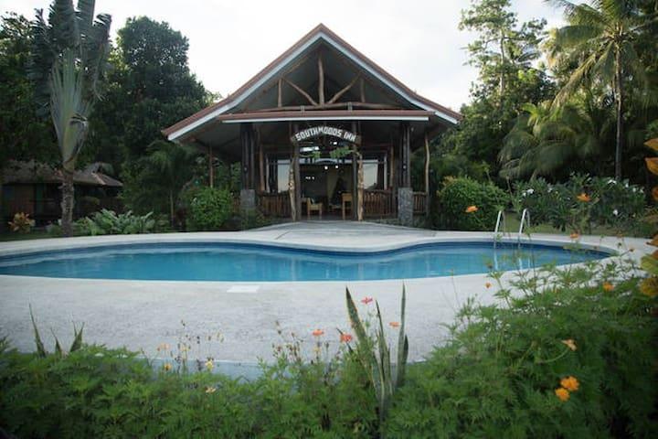 Southwoods Inn Log Home & Beach Resort