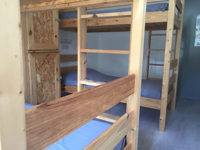 Chambre partagée, lits simples dortoirs