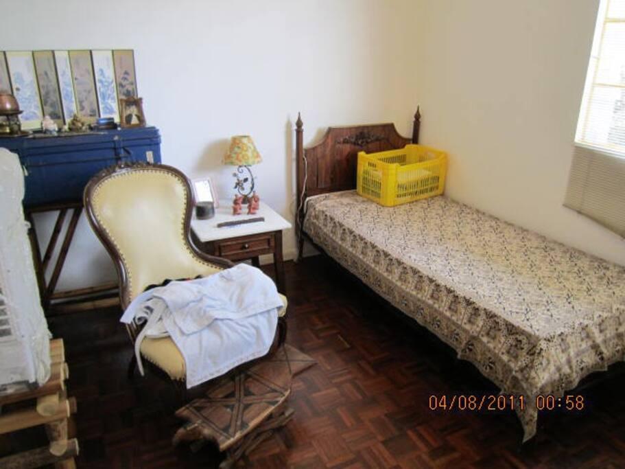 Outro quarto de solteiro ,com ca\ma, escrivaninha com ca\deira e poltrona de couro.Tem armários embutidos.