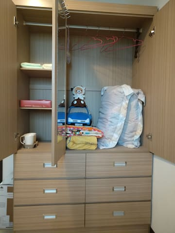 雙人衣櫥,兩人用浴巾,毛巾,水杯,羽絨枕頭,薄被(有提供棉被)