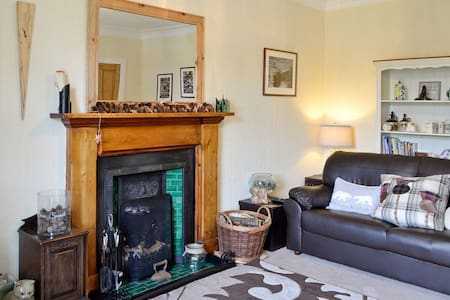 Woodside Cottage, Monikie - next to country park