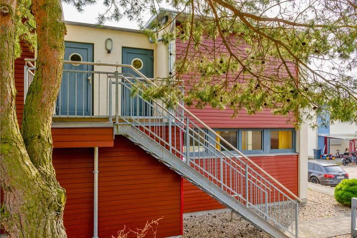 Eingang zu den Wohnungen über die Rückseite des Gebäudes.