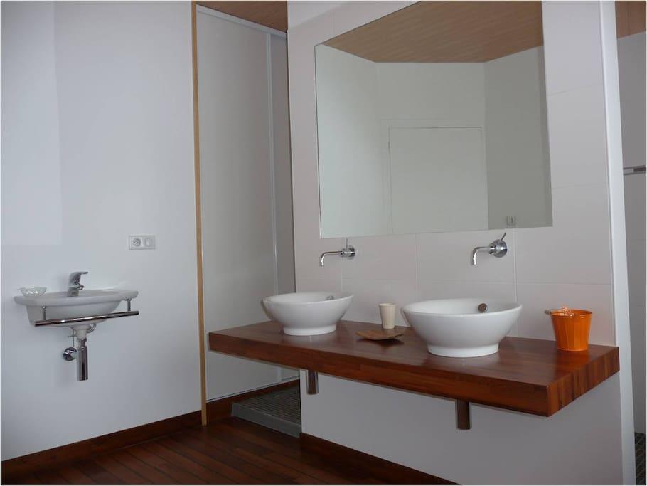 Salle de bain a l italienne , une deuxieme salle de bain est disponible au RDC