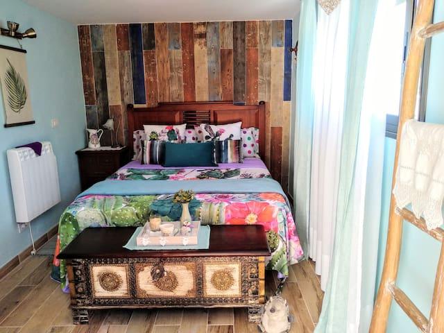 Segundo dormitorio con aseo y vistas a la montaña.