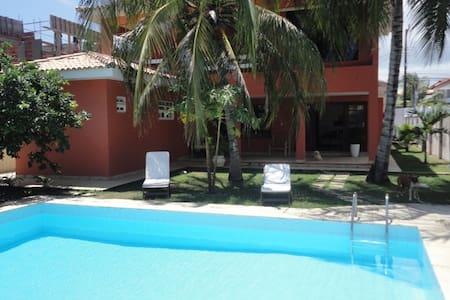 Casa com piscina, ar condicionado, semi mobiliada - Lauro de Freitas
