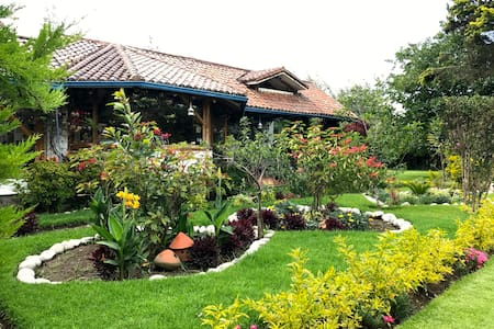 La Nostalgia GARDEN ROOM near airport - Quito - House