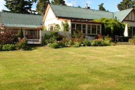 Rock Farm Homestead family friendly - Timaru - Bed & Breakfast