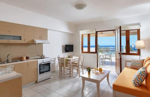 Udoban apartman prvi red do bazena sa pogledom na more (narandžasti)