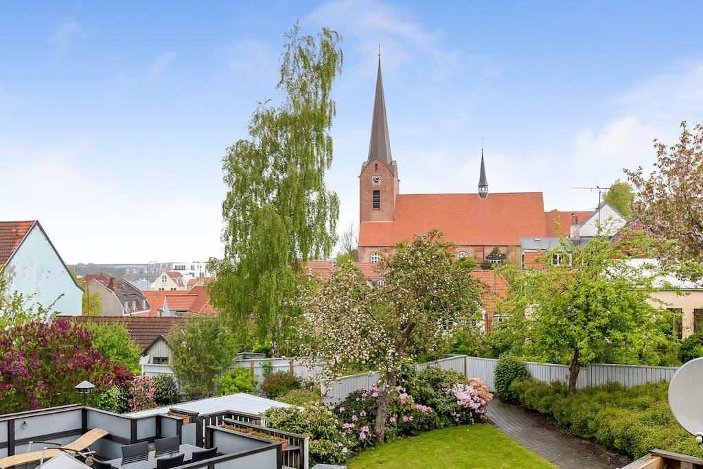 Bag huset. Unikt for et byhus: privat tagterrasse. Udsigt til Mariekirke og Alssund i det fjerne.
