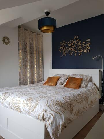 Chambre avec lit queen size 160x200.