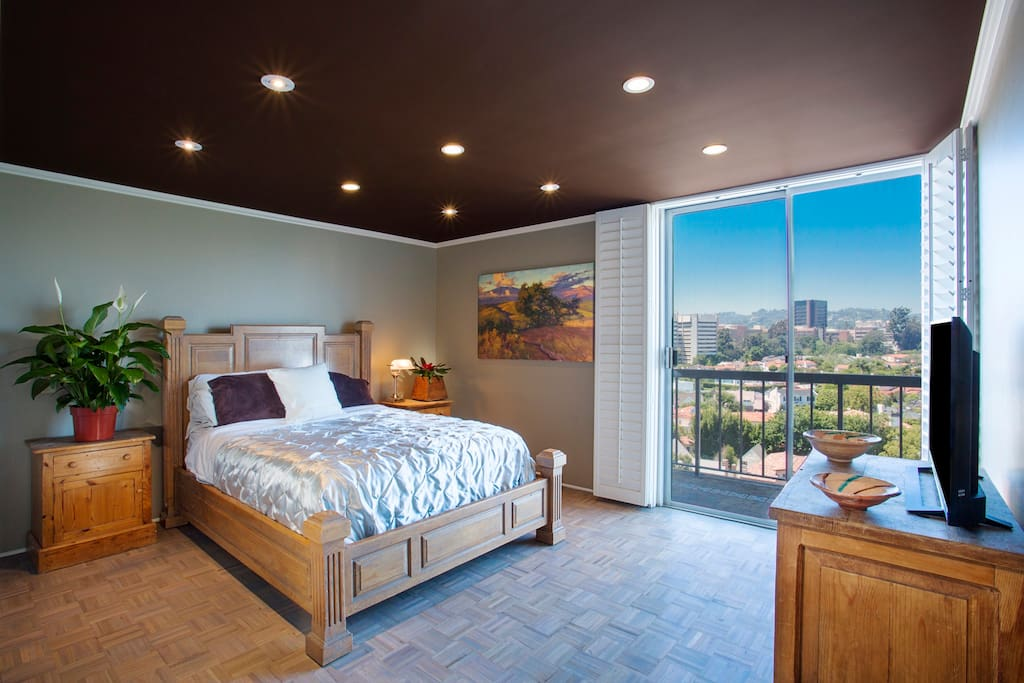 Queen bed with cable TV and sunset view of Westwood
