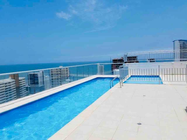 Apartamento vista al mar con piscina y balcón