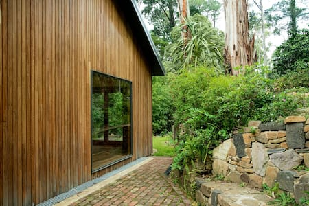 Luxury forest retreat next to Puffing Billy