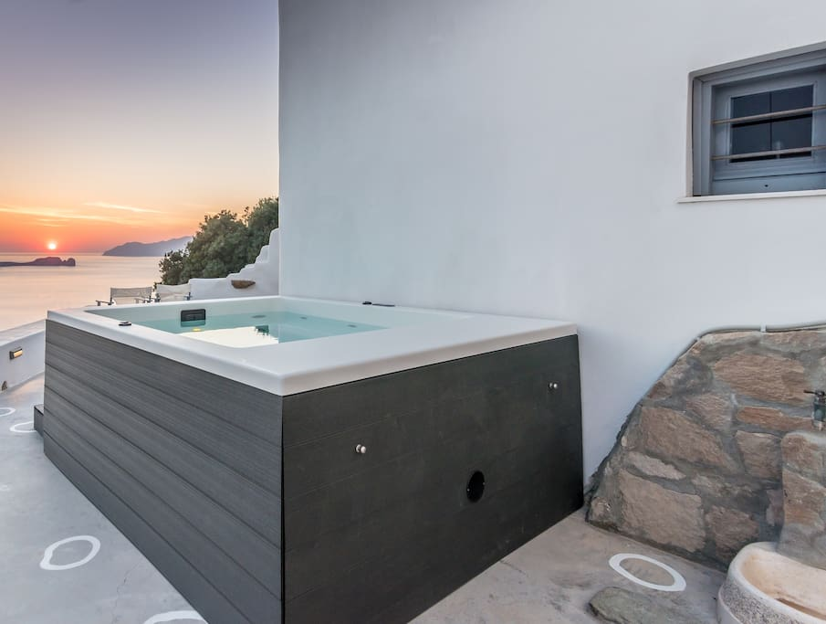 Outdoor private Jacuzzi with sunset View