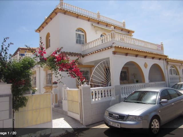 Luxurious 4 bedrooms, 3 bathrooms, pool, and Wifi - Los Alcázares - Villa