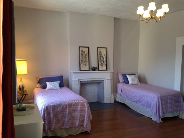 Bright, Spacious Room Downtown - Brockville - Huis