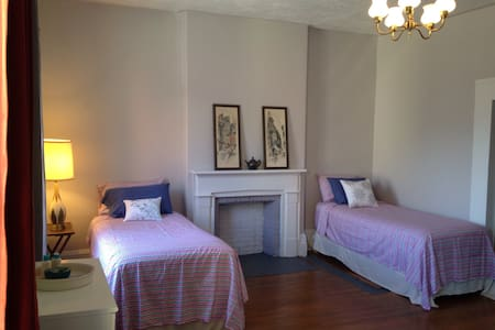 Bright, Spacious Room Downtown - Brockville - Haus