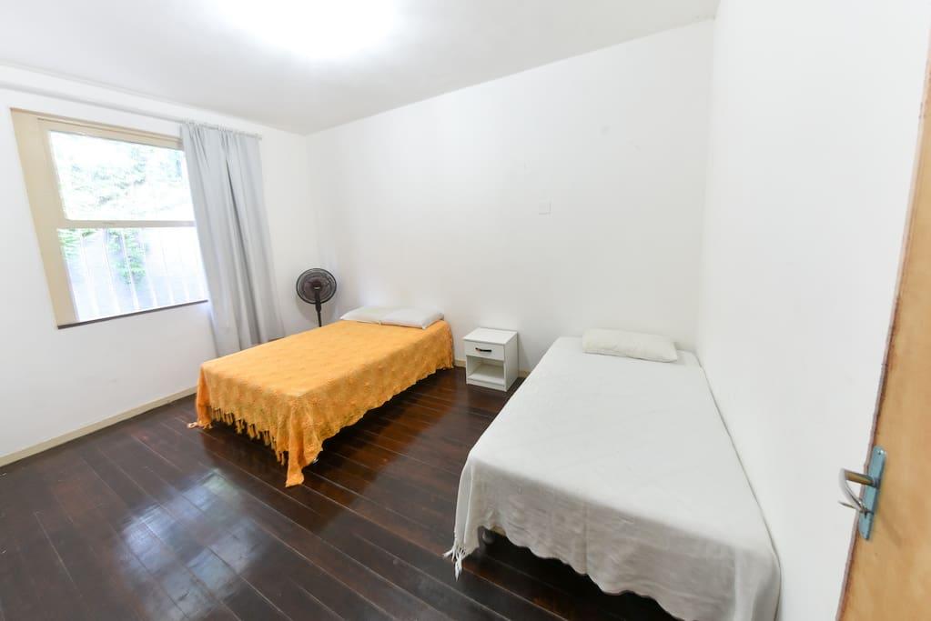 Quarto amplo, em contato com a natureza. Pode-se optar por 1 cama de casal e 1 de solteiro, ou 3 camas de solteiro.