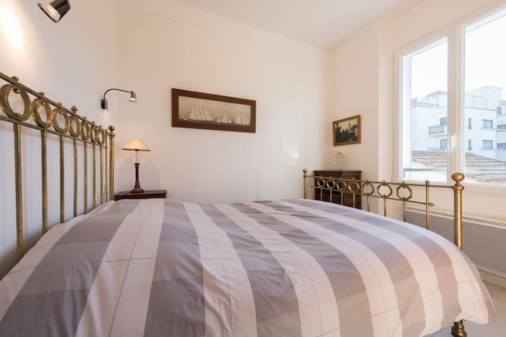 une chambre avec lit 2 personnes