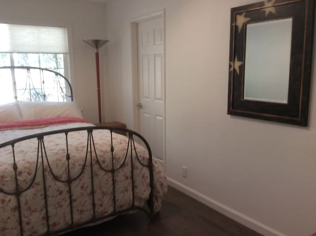 New Listing - Toniest Town - Woodside - Apartment
