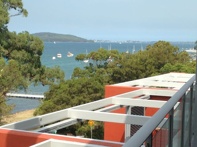 Lakeside & Pool, Stylish 2BR Apt, 2hrs Sydney