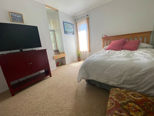 Rinconcito II: it is a bedroom with tv,  full bed