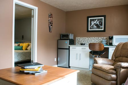 Spacious 1 bedroom basement apartment in Sandy - Sandy - Appartement
