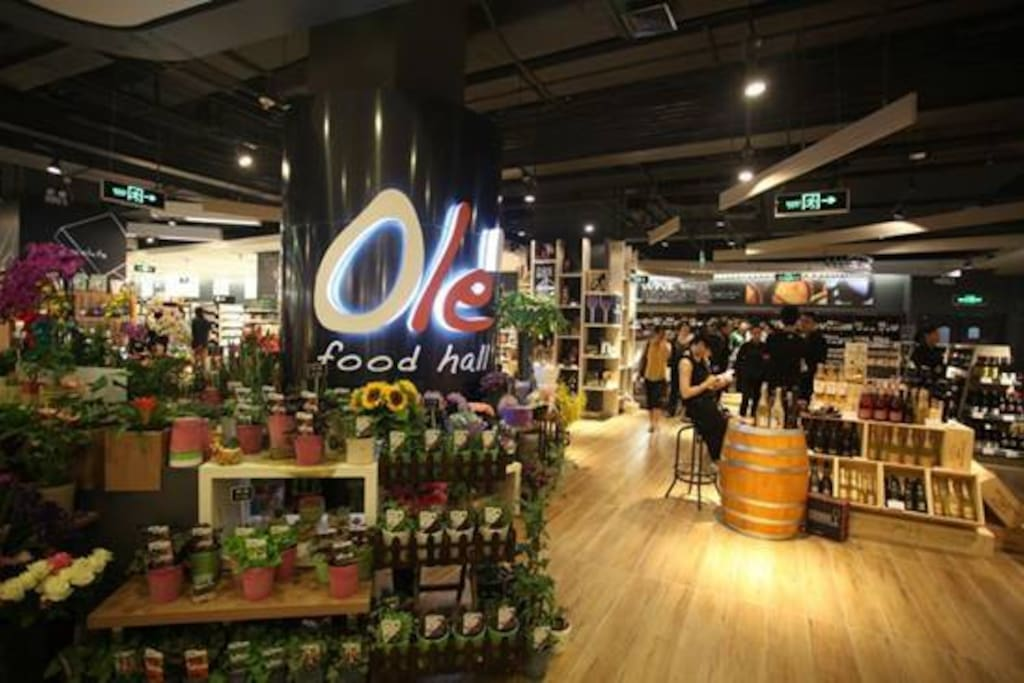 Olé Grocery store offers great value at affordable prices. (6 min walk)几分钟步行可以达到附近的国际超市。