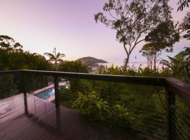 Peaceful Treehouse Retreat- beach, garden, views - Coolum Beach - Apartmen