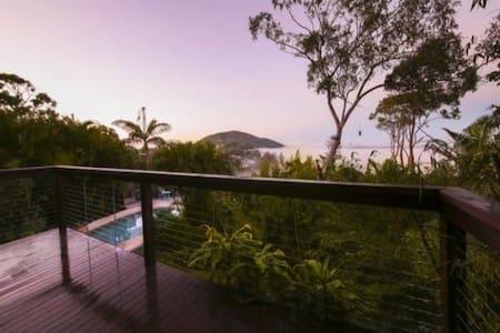 Peaceful Treehouse Retreat- beach, garden, views - Coolum Beach - Apartment