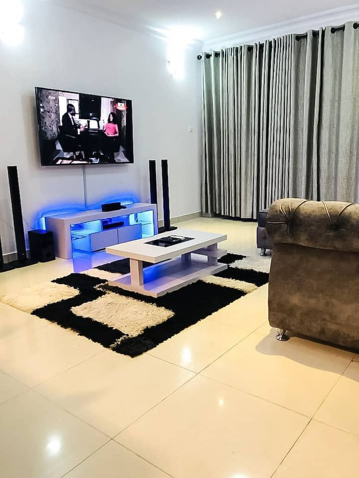 Amazing 3 Bed Apartment in Cromwell Estate, Lekki
