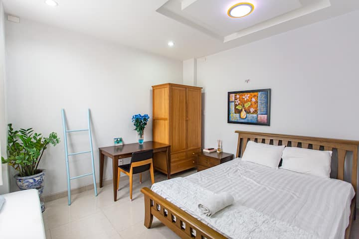 Spacious Cozy Bedroom ★Near District 1 (10 min)★
