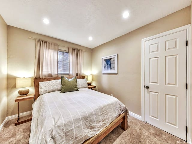 Bedroom 1. Queen Bed.